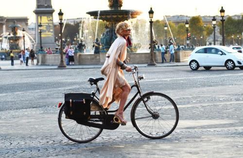 bicicletta dolce e gabbana,bicycle,street style