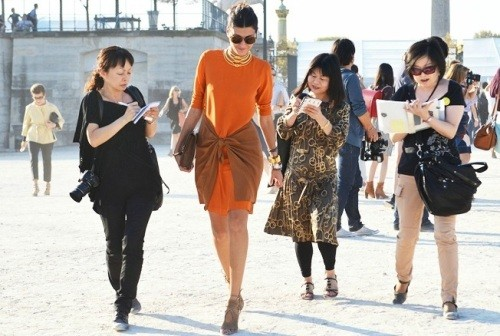13_Giovanna_Battaglia_Paris_Fashion_Week_JO_NO_FUI_Orange_Dress_Fall_Winter_2012.jpg